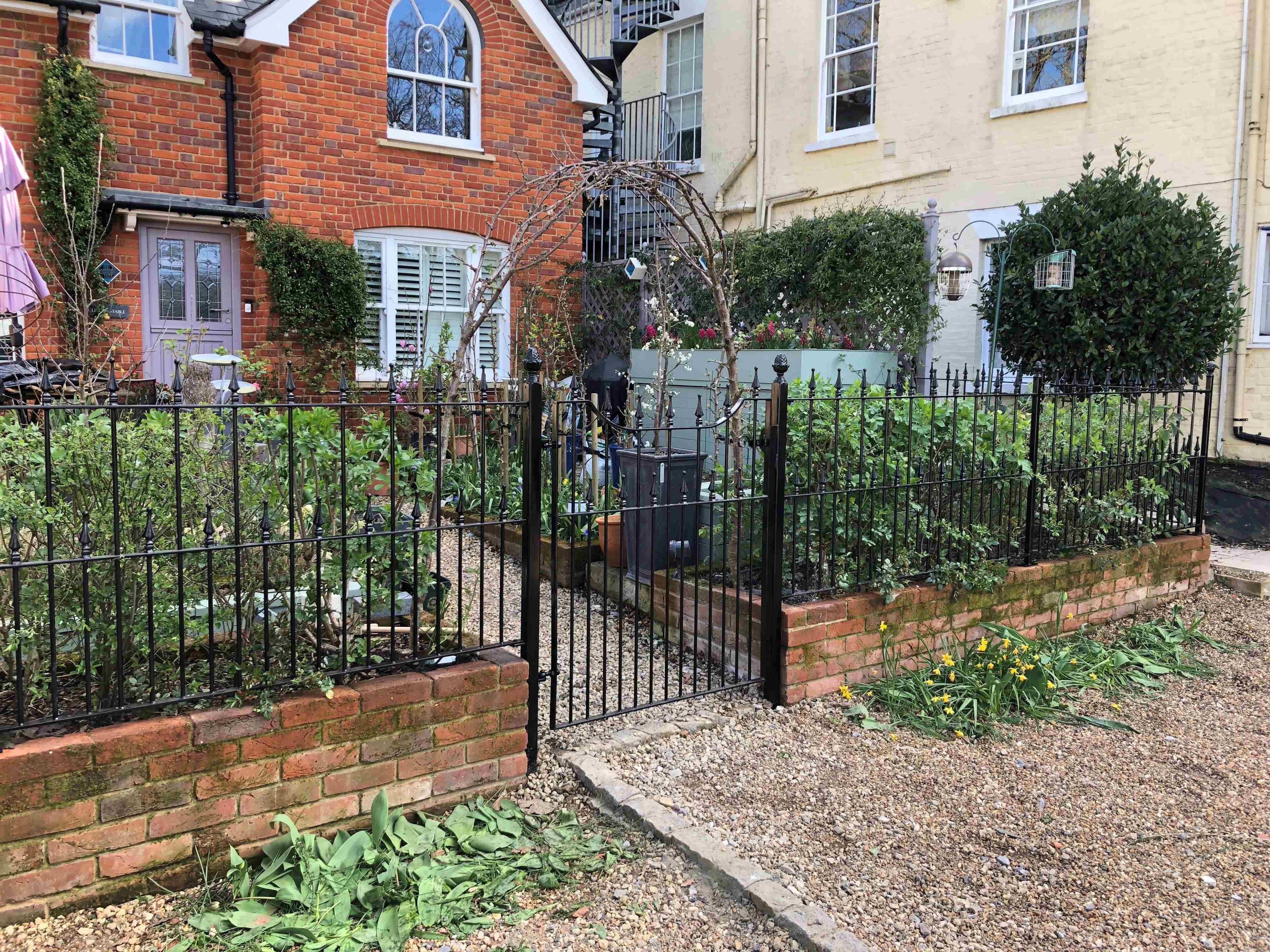 victorian-gate-and-railings-cottage